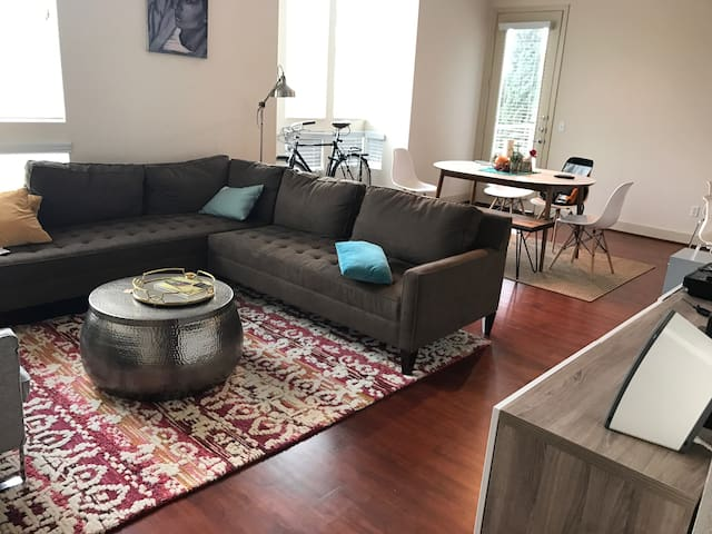 Huge Master bedroom in Silicone Beach.  LAX 10min