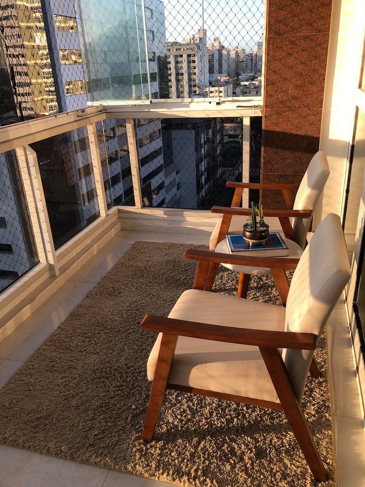 Apartamento amplo, claro, limpo e bem localizado!