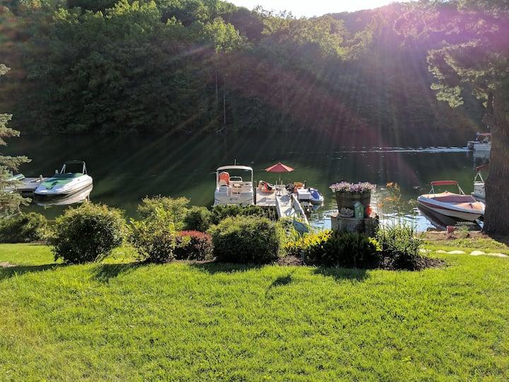 Sweet Dotti's Cottage on Candlewood Lake - 60M NYC