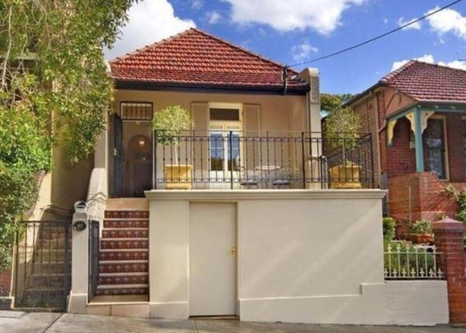 Lovely light filled home with sunny courtyard - Lilyfield - House