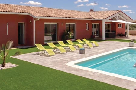 Holiday cottage with 4 bedrooms on 150m² in Creissan