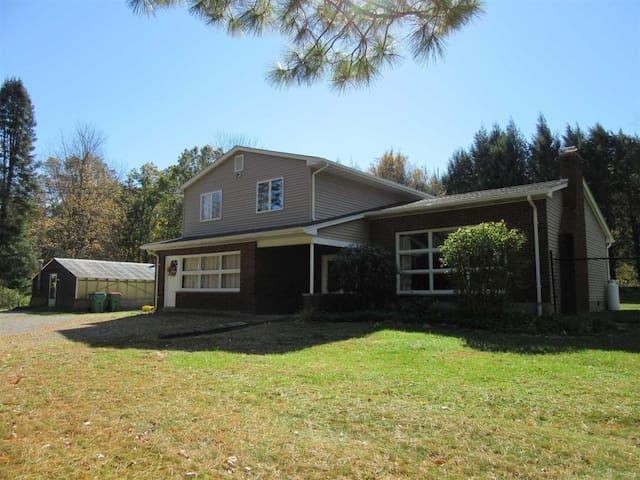 Fishkill House, close to Bethel. 4 Bedroom/3 Bath