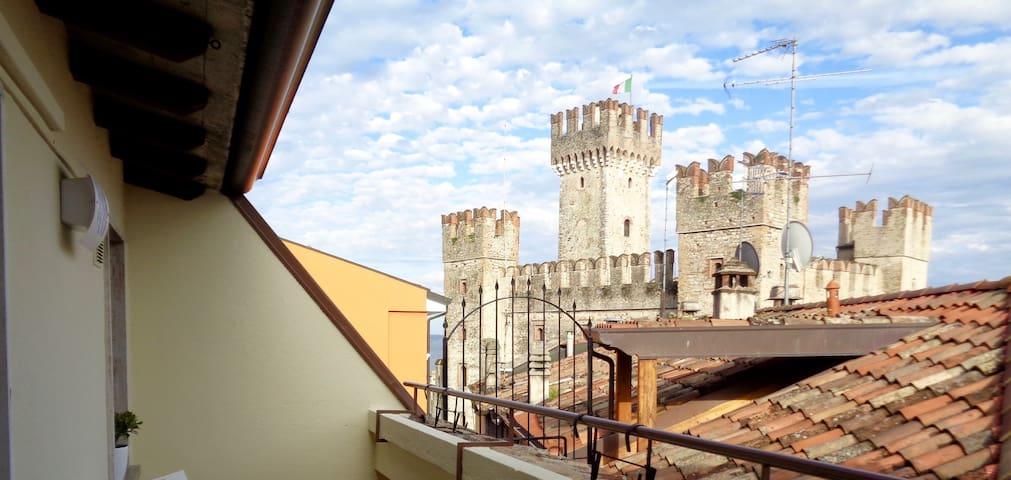 Attico moderno con terrazza e vista sul Castello - Sirmione
