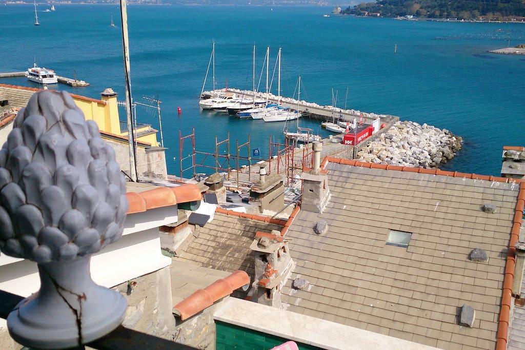Il terrazzo e il porticciolo dalla Torre