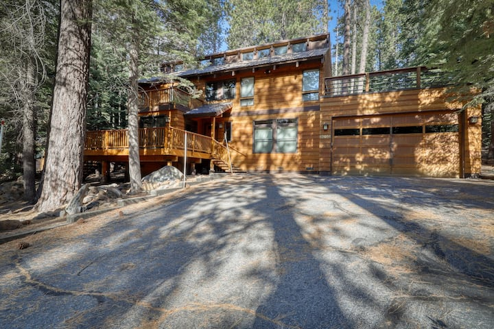 Large, family-friendly home w/ a full kitchen plus shared pool & hot tub