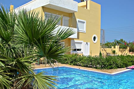 Cosy Maisonette next to the sea, with private pool - Kato Gouves - Casa