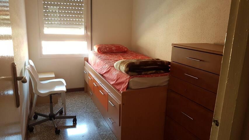 Cómoda Habitación centrica en piso familiar