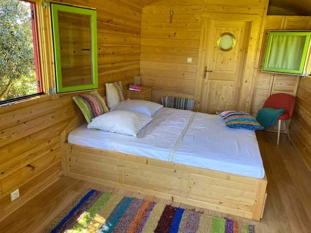 Queen-size bed in 2nd roulotte