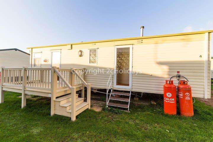 6 berth caravan for hire by the beach in Heacham in Norfolk. ref 21014
