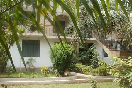 Cool, 'eco chic' flat in pretty gardens with Cafe! - Accra