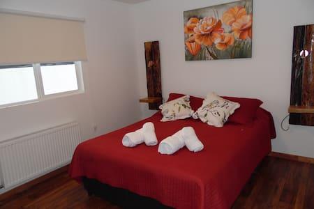 Habitación matrimonial con baño privado , toallas ,calefacción central .