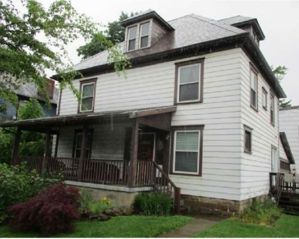 4BR Victorian in Grove City, PA