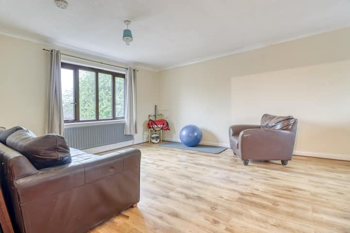 lovely double  room in weybridge