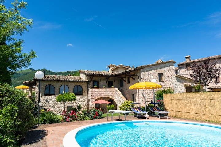 Espaciosa casa de vacaciones en Cagli con jardín