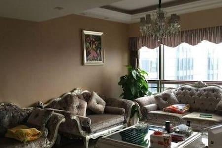 市中心繁华地段温馨精装三房 可看江景 - Nanchang - Дом
