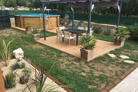 Villa, balneo et piscine hors sol chauffée.