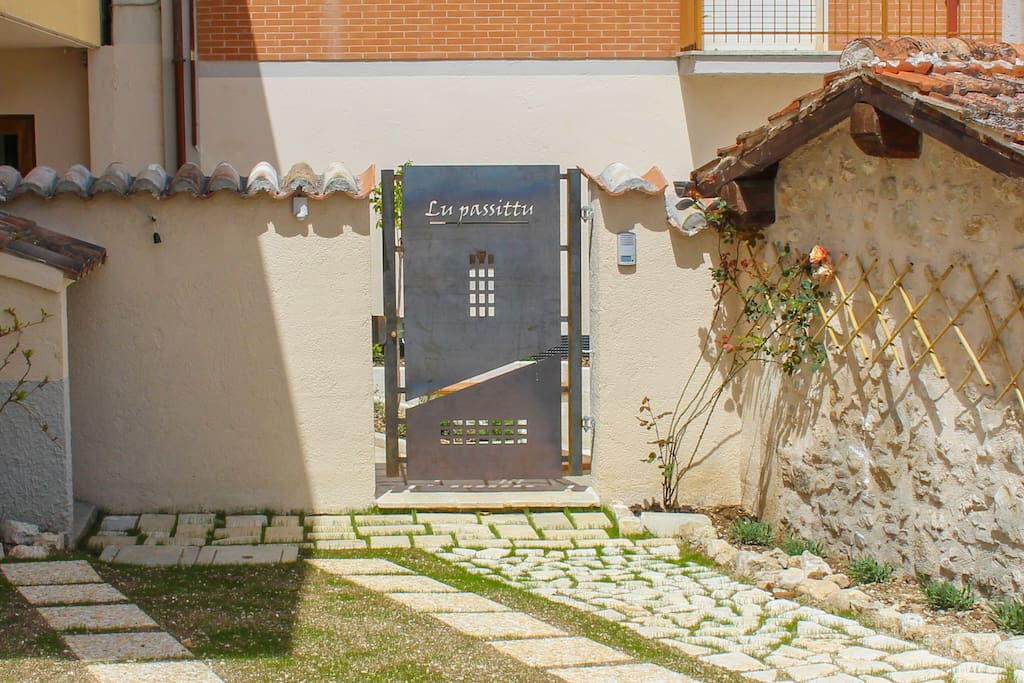 Il cancello d'accesso alla struttura