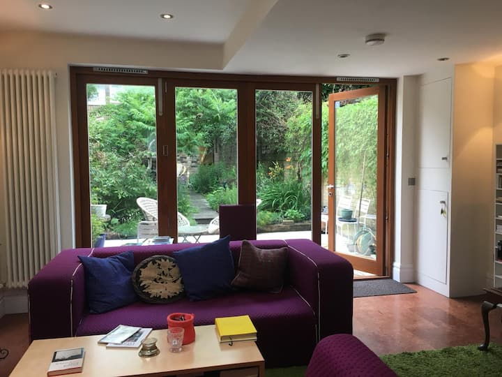 Double Room in  Peaceful House in Holloway