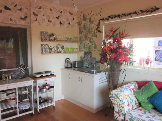 Your cheerful, private sanctuary for 2 or 3 guests - Mt Waverley - Leilighet