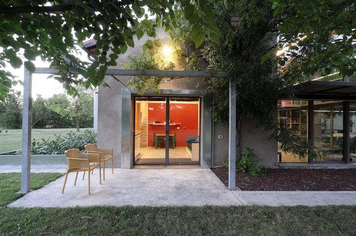 Casa rossa immersa in un parco vicino a Faenza