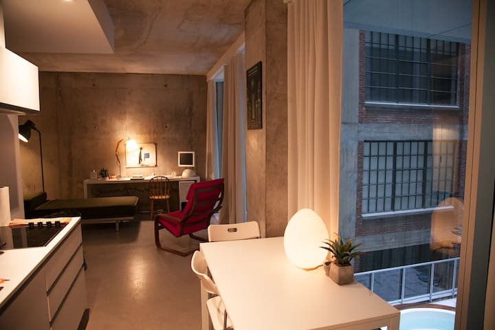 Modern studio in Old Montreal, perfect for couples