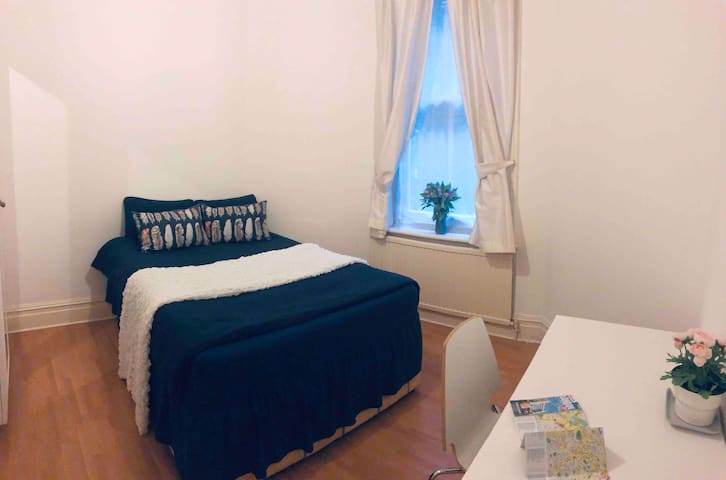 Spacious Bedroom| Very Central| Paddington| Ladies