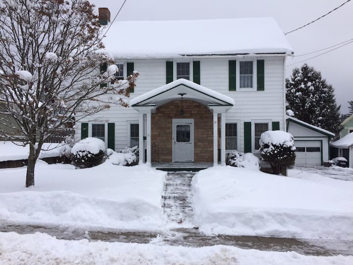 Shelly's Lovely Adirondack Home near Lake & Town