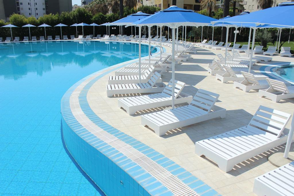 The flat is located at the corner from the 5 star hotel Adriatik, where you can go and with a daily ticket you use the outdoor pool. 1 umbrella + 2 sun beds costs: 2000 lek