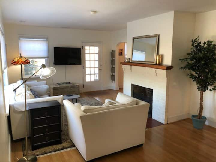 ★Large 2 Bedroom Private Apartment-Downtown★