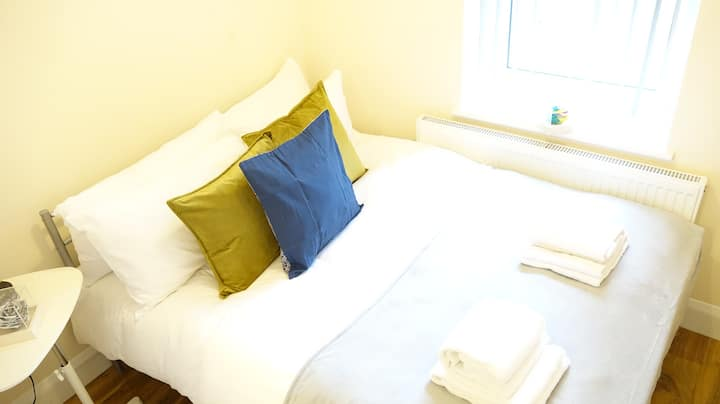 LL2 Airport Double en-suite room ***FREE parking**