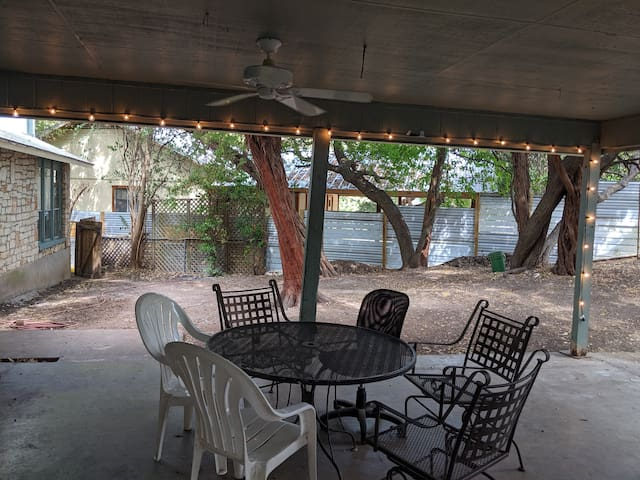 Adorable 2 bedroom in the heart of south Austin!
