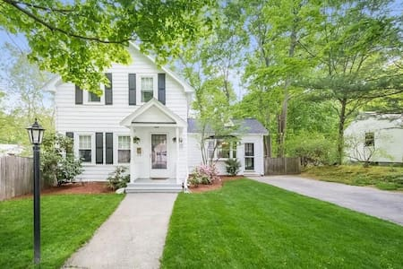 Cozy, historic 3 bedroom home close to Boston!