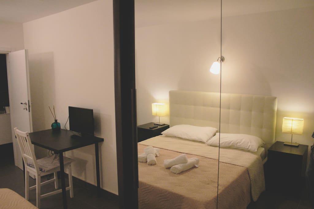 Stanza privata, bagno privato, scrivania, TV.