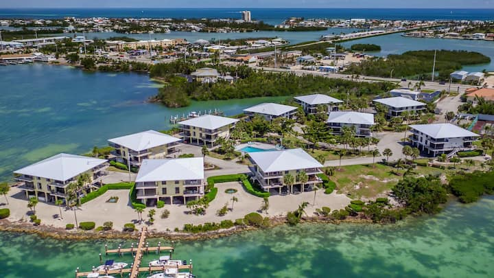 Cozy Castaway - 2bed/2.5bath open water view condo with shared pool & first come dockage