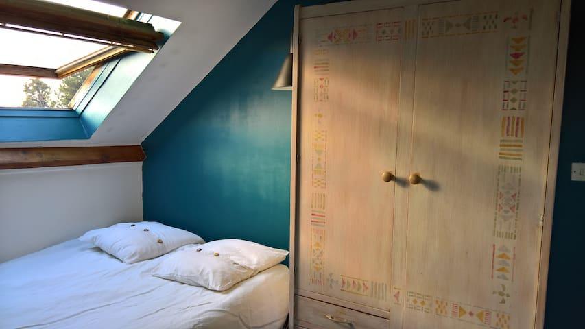 Chambre au calme, parmi les livres - L'Haÿ-les-Roses - House