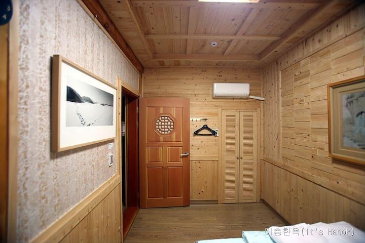 Room2(Twin bed & Ondol)