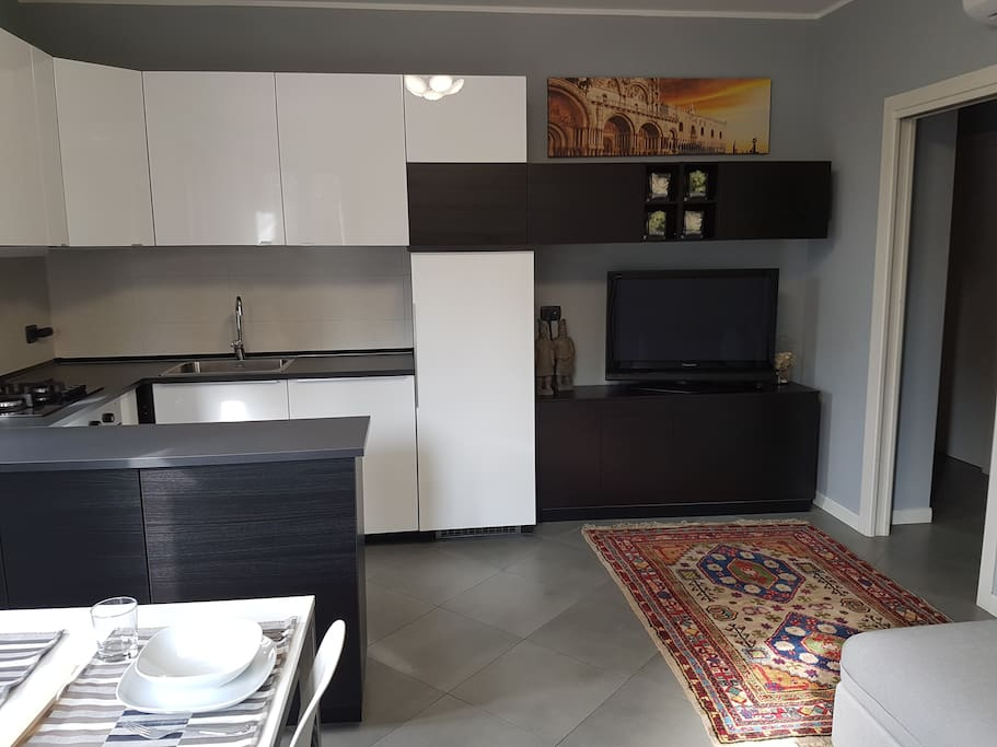 Soggiorno-cucina con TV