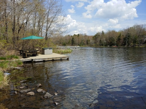 Cozy Lakefront Chalet close to Camelback & Mt Airy