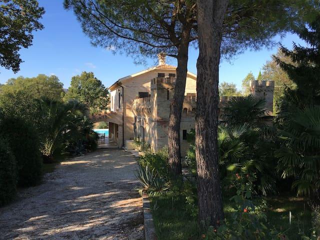 Castellino Pigro met veranda, zwembad en tuin.