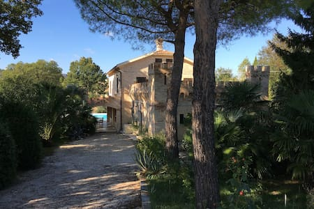 Villa met veranda, zwembad en tuin - Monte San Pietrangeli