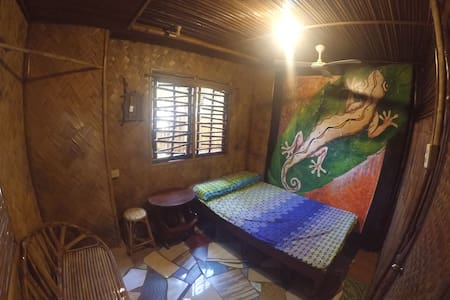 Amazing Gecko Bamboo Room - Puerto Princesa