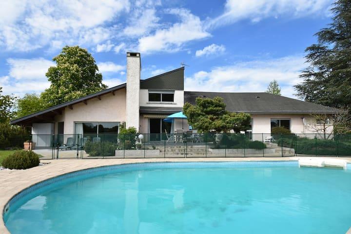 Hermosa casa de vacaciones con piscina privada en Decize