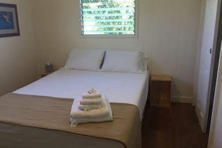 Waialua Beach Road House Center Room - Haleiwa - House