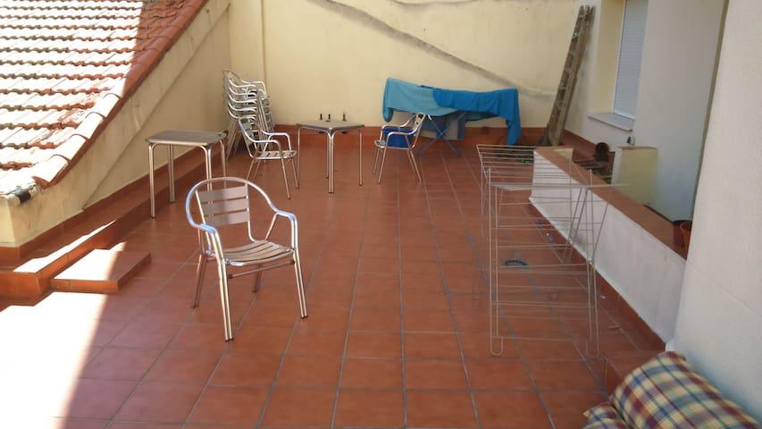 Habitación grande con Wifi y terraza - Madrid - House