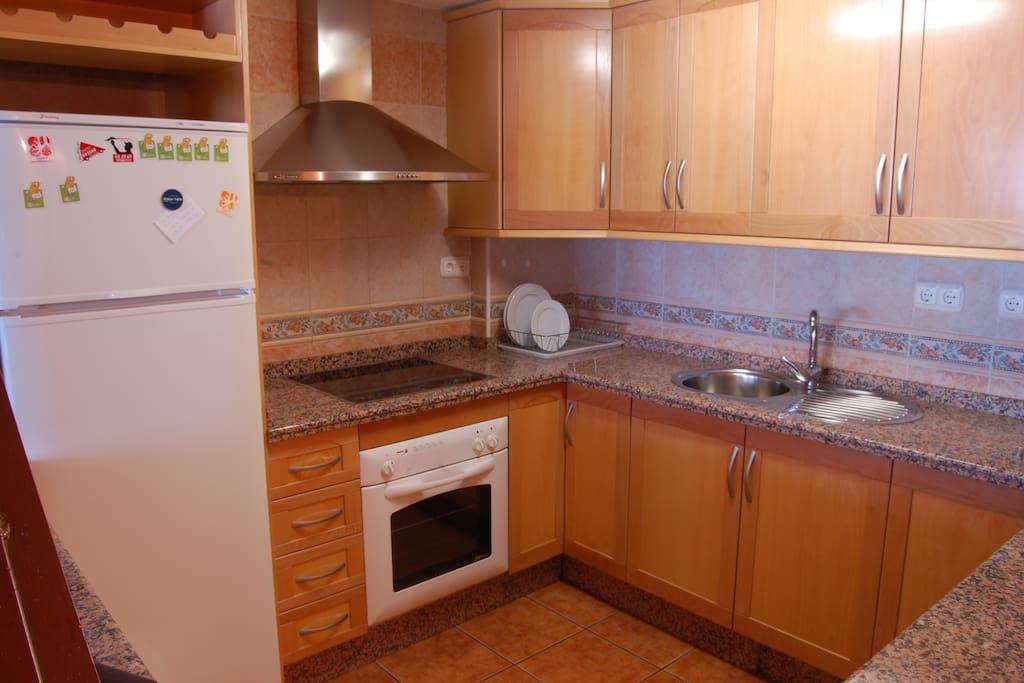 Cocina americana con nevera, horno, microondas y lavavajillas