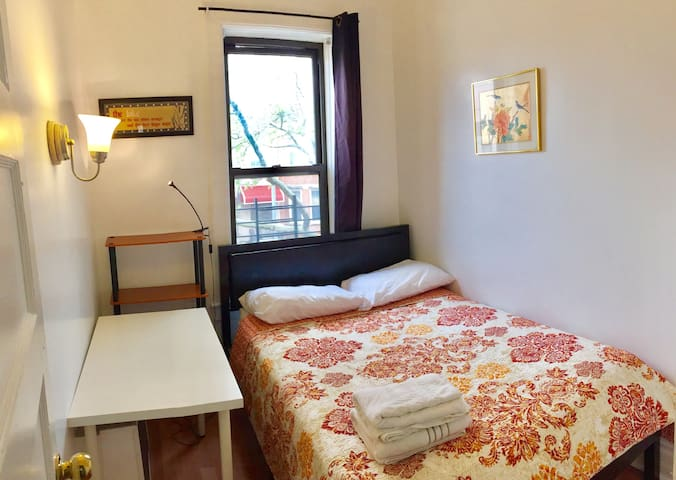 Mini room with Full size bed A /8 min to Subway R