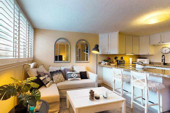 Cozy remodeled condo within walking distance to skiing, nightlife and dining
