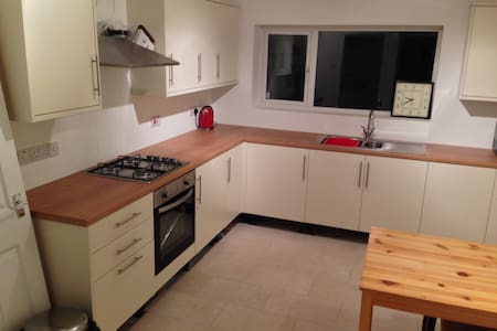 """ Simple, convenient and quiet. - Newcastle-under-Lyme - Dom"
