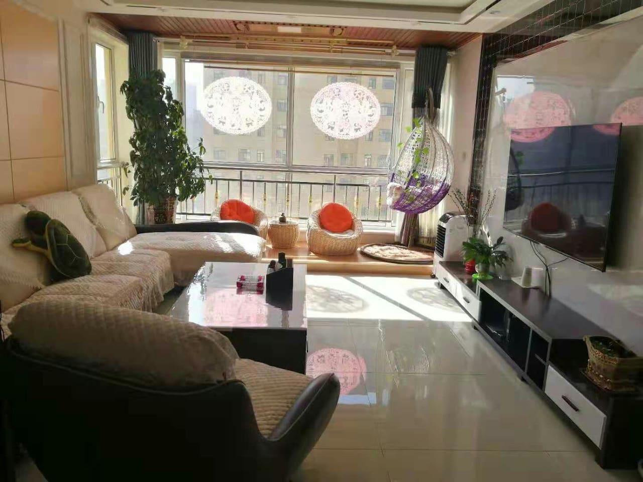 宽敞明亮的客厅,光线充阻,通风舒适