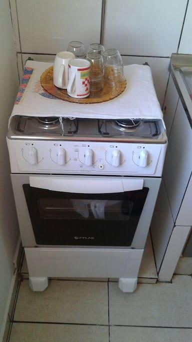 Fogão com utensílios básicos para a cozinha!